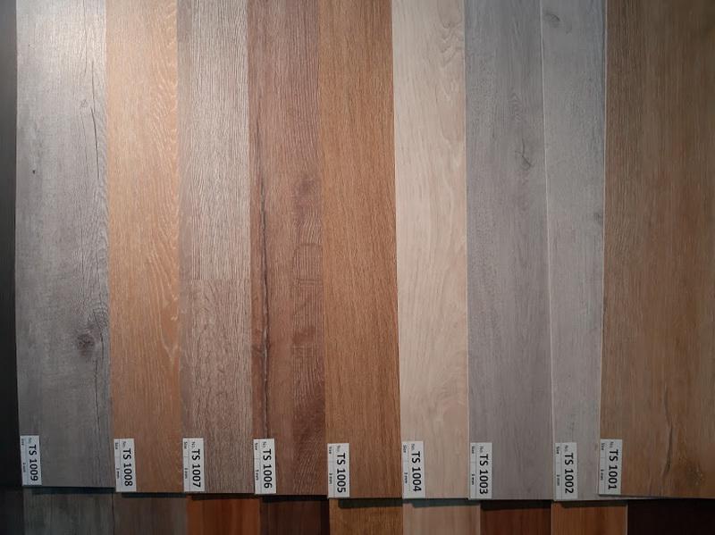 กระเบื้องยางลายไม้แบบแผ่นพร้อมบริการหลังการขาย0817354812โดยช่างปูติดตั้งด้วยกาว ที่สามารถนำกลับมาติดตั้งใหม่ได้ Vinyl Flooring  ติดตั้งด้วยเทคนิคLVT – Glue Down จึงสามารถนำกลับมาติดตั้งใหม่ได้  ม